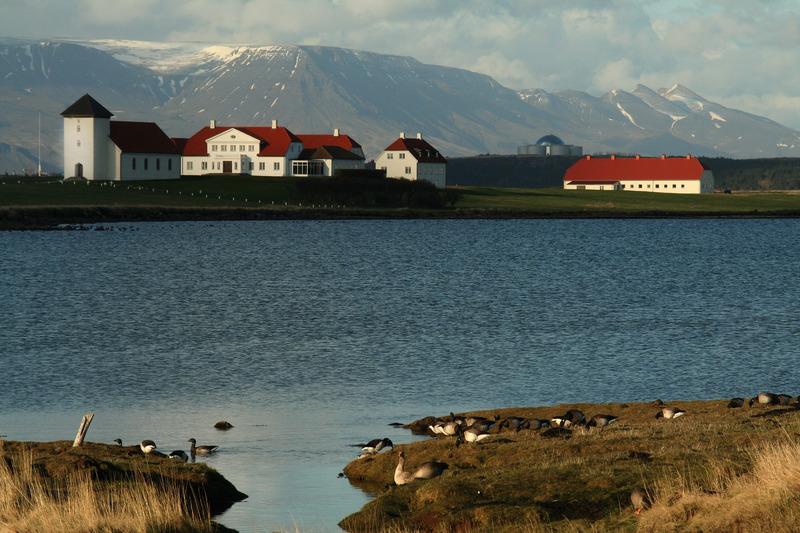 Bessastaðir með Perluna og Móskarðshnúka í baksýn