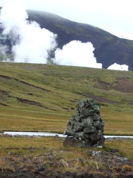 Varða við gömlu þjóðleiðina milli Kolviðarhóls og Reykjavíkur