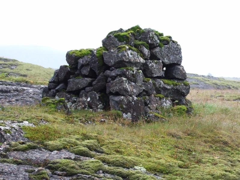 Varða við gömlu þjóðleiðina áleiðis að Lyklafelli