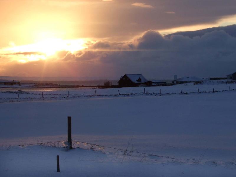 Kvöldroði handan göngusvæðisins - bærinn Skógtjörn var efst til hægri
