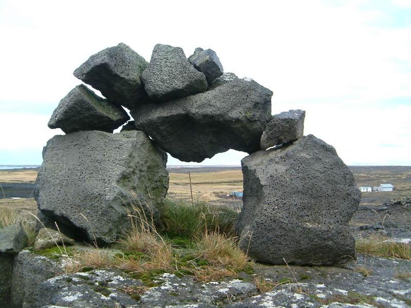 Varða ofan við gömlu Hafnir - Systur