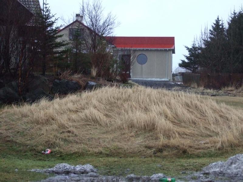 Álfhóll - Akurgerði fjær