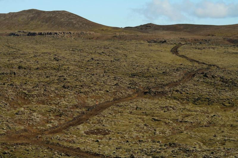 Jarðýturuðningur eftir gamalli þjóðleið yfir Leggjarbrjótshraun