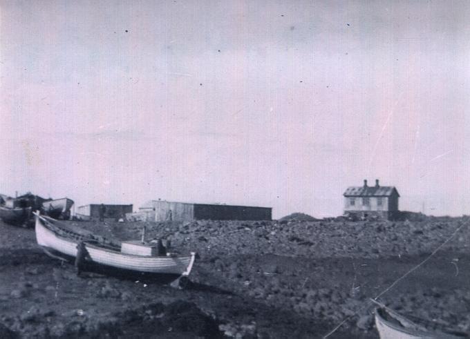 Naust ofan við Þórkötlustaðanesbryggjuna