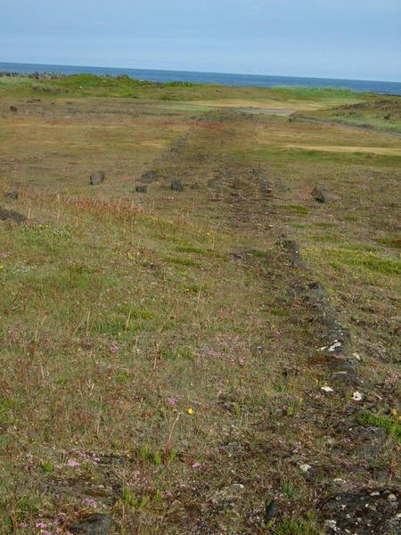 Vegur að Vindheimum - minjar konungsverslunarinnar fjær