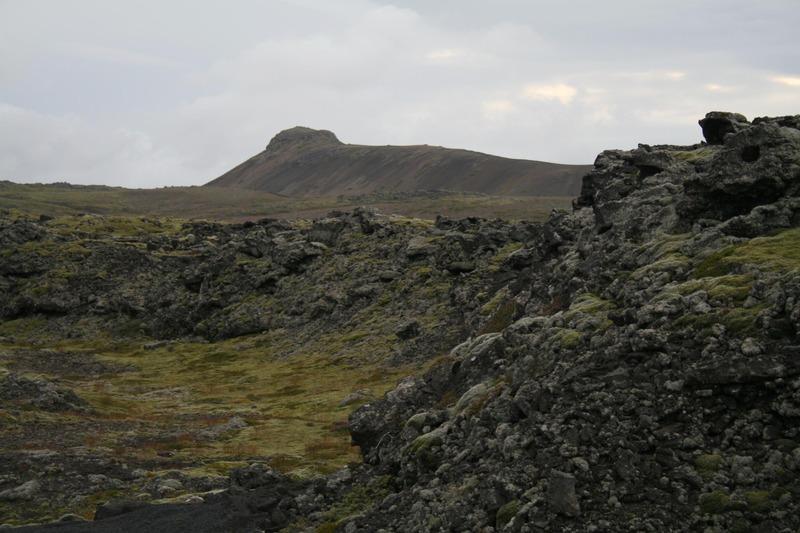 Hrauntröð Nýjahrauns - Fjallið eina fjær