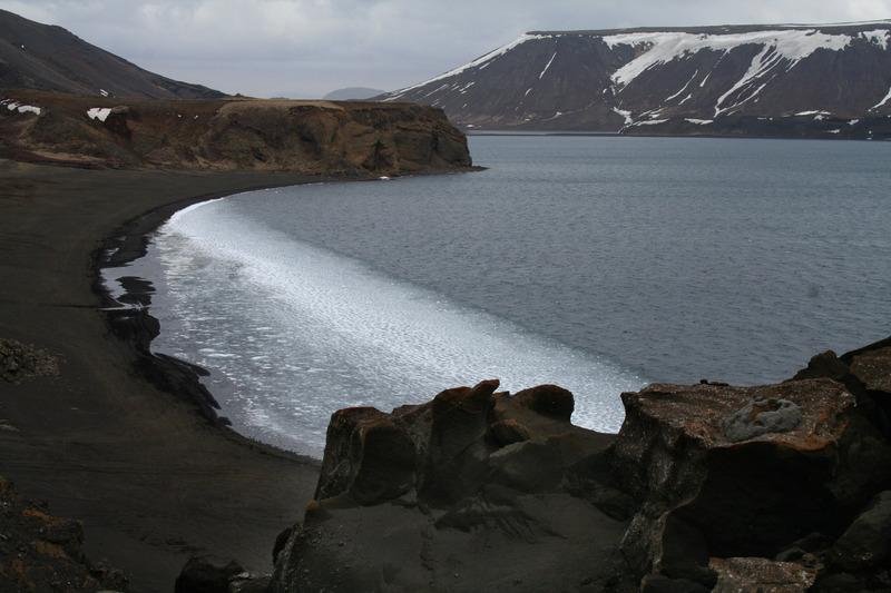 Kleifarvatn, milli Innrihöfða (Stefánshöfða, fjær) og Syðrihöfða (Ytrihöfða)