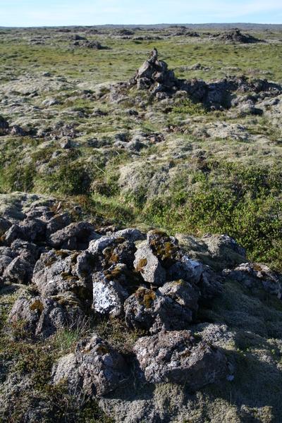 Tvær vörður við Selvogsötuna ofan við Hlíðardal