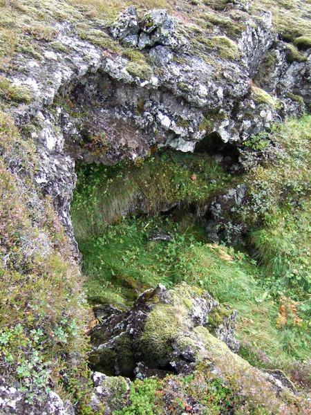 Hleðslur í skjóli við Straumsselsstíg vestari (nefnt Straumsselsstígsskjól)