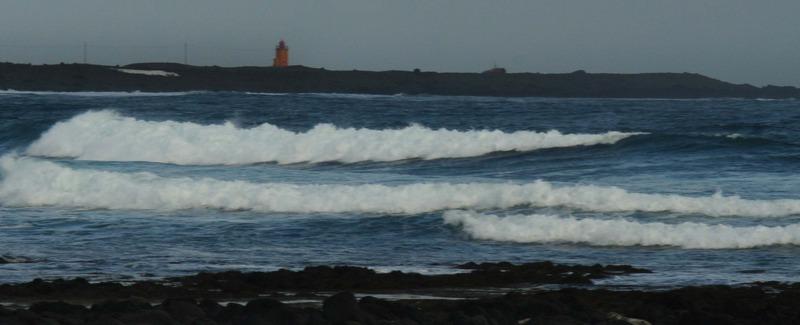Þórkötlustaðanesviti handan við Járngerðarstaðasund