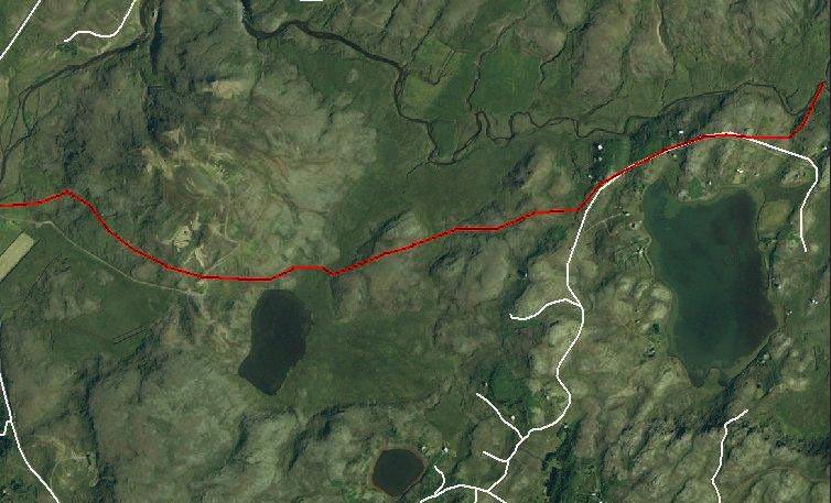 Leirtjörn og Nykurtjörn neðst, en Seljadalsvegurinn ofar (rauður)